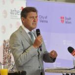 Stadtrat Peter Hanke spricht beim arbeit plus Wien Pressegespräch über die Maßnahmen der Stadt Wien zur Bewältigung der Arbeitsmarktkrise